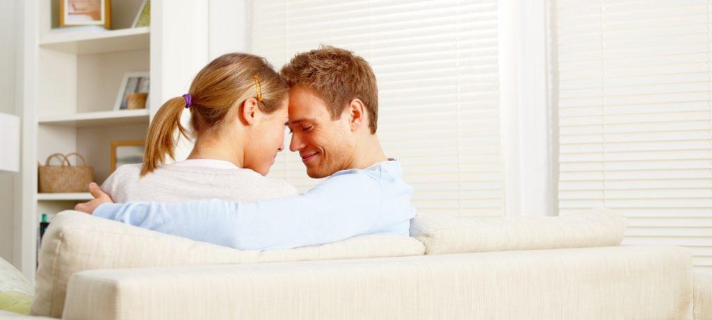 Paar freut sich über Kredit trotz negativer schufa